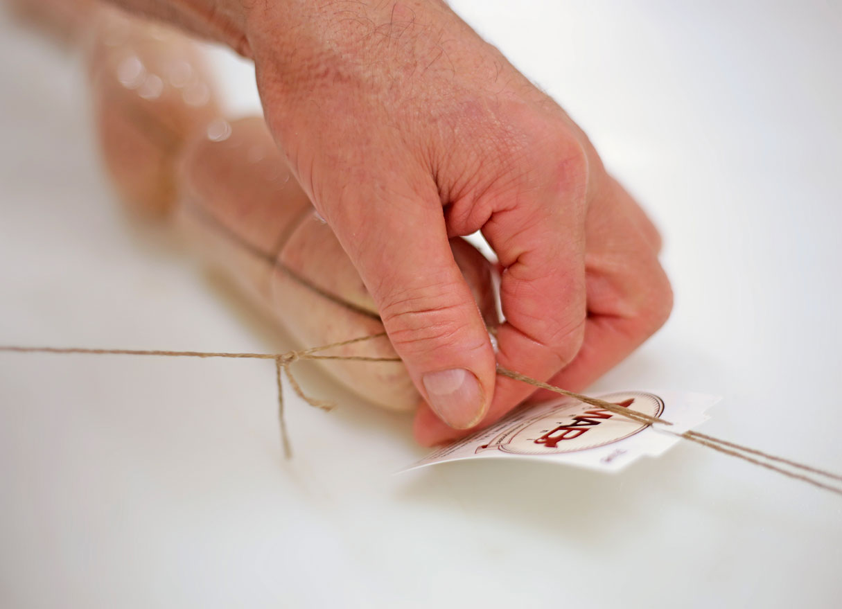 chiusura con spago e etichetta salsiccia