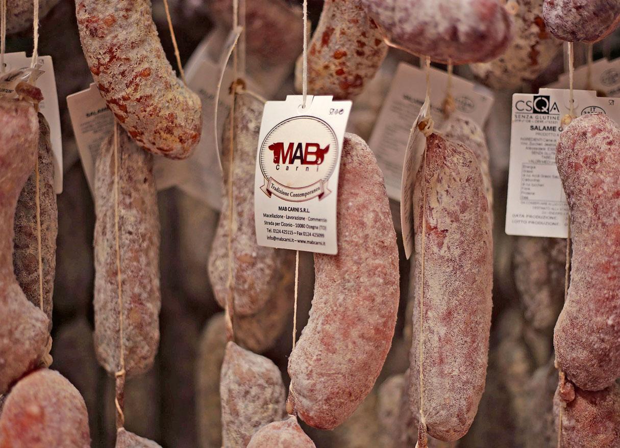 salami appesi con etichette