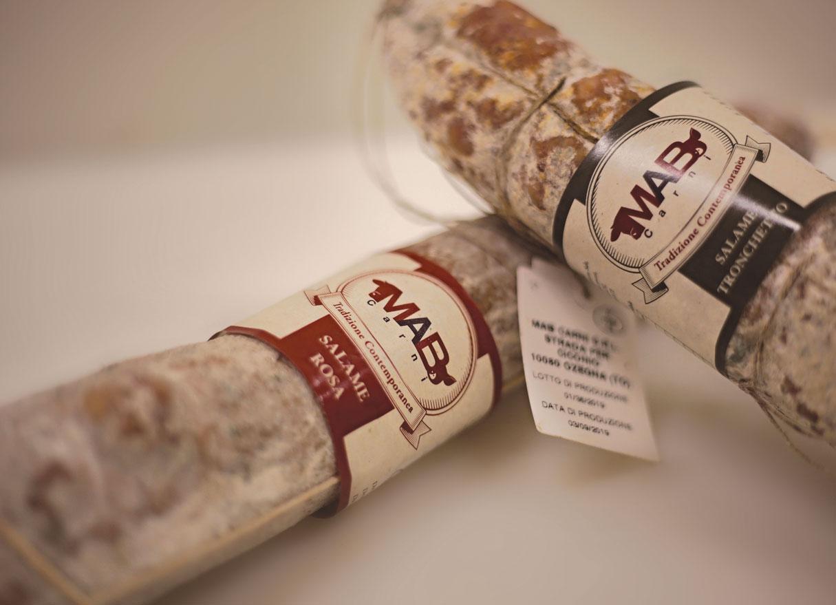 due salami assortiti con etichetta